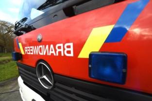 Gesprongen waterleiding helpt brandweer bij blussen van brand