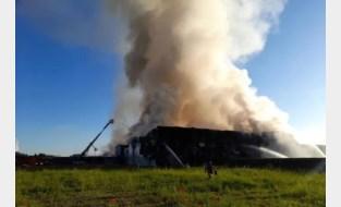 """Vuur verwoest vleesverwerkingsbedrijf bij Gentse haven, brandweer waarschuwt: """"Houd ramen en deuren gesloten"""""""