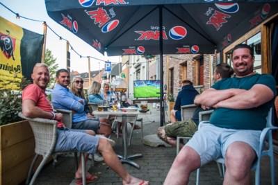 Duivelse supporters vieren bij Bar a Bruce