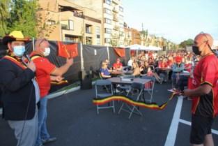 Schepen opent voetbaldorp met knippen tricolore lintje