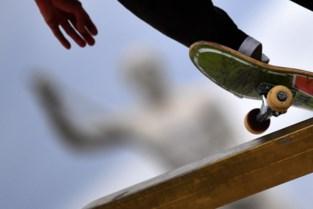 69-jarige fietsster valt over skateboard