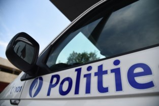 Wielertoerist geraakt door buitenspiegel, bestuurder bestelwagen rijdt gewoon door
