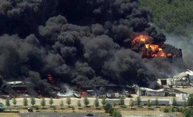 """Hevige brand woedt in chemische fabriek, brandweer staakt het blussen: """"Om milieuramp te voorkomen"""""""