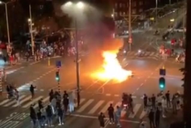 Feestvierders stichten brand en bekogelen politie in Den Haag na overwinning Nederland op EK