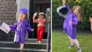 Meisje krijgt door corona geen diploma-uitreiking van kleuterschool, maar daar brengt broertje verandering in