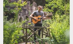 """Maldegemse bard Tim De Roo (32) gaat voor gedeelde smart: """"Mijn muziek leent zich voor een intieme setting"""""""