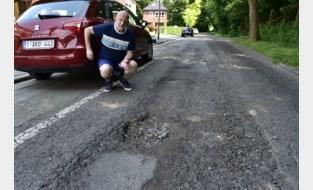 """Bewoner draait zelf op voor kosten aan auto na vullen van putten door stadsdiensten: """"We wonen al in lelijkste straat van de stad en nu dit nog"""""""
