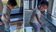 Hilarisch: jongetje stapt over glazen vloer en snapt niet wat er gebeurt