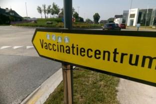 """Stickerprotest tegen vaccins in Maasmechelen: """"Onbegonnen werk om ze weg te halen"""""""