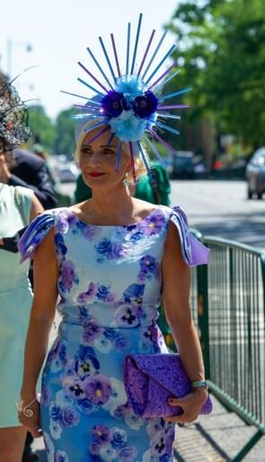 Gekke hoeden kijken op de Royal Ascot-paardenrace