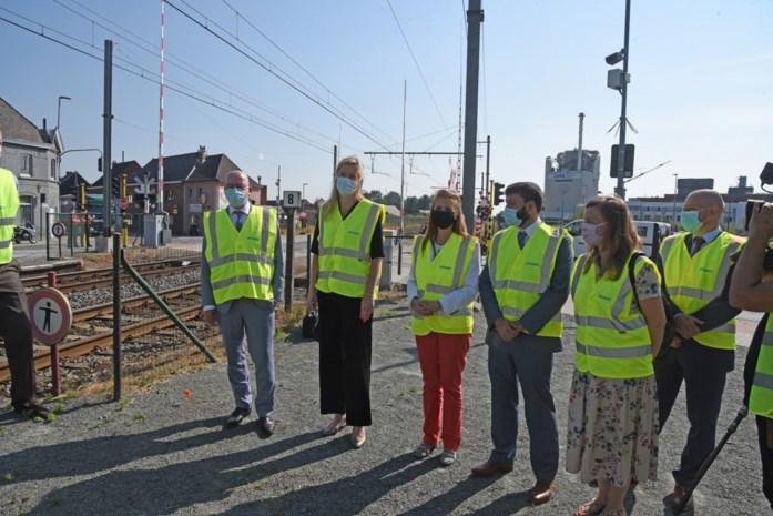 Aan deze overweg werden per dag meer dan 45 overtredingen geteld, allereerste roodlichtcamera's aan spoorweg moeten daar een eind aan maken