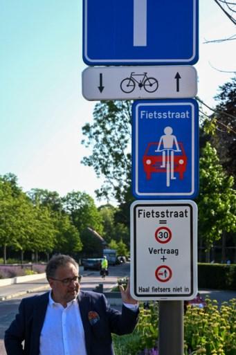 Borden wijzen automobilisten op regels in fietsstraat