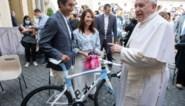 Giro-winnaar Egan Bernal gaat op bezoek bij de paus en doet hem… koersfiets cadeau