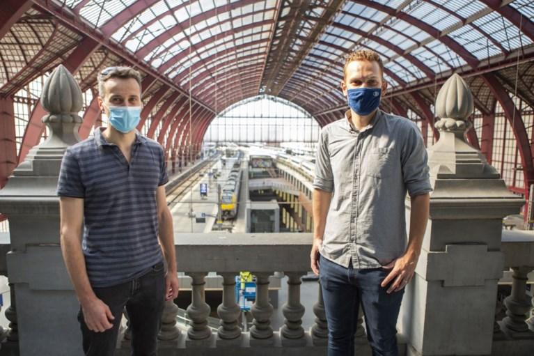 Alpinisten vervangen mee lampen in Centraal Station