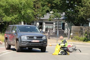 Fietser komt zwaar ten val na aanrijding: vrouw in kritieke toestand naar het ziekenhuis gebracht