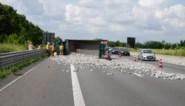 Trucker gewond doordat vrachtwagen met klinkers kantelt na klapband op E403