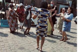 """Agent wordt ten dans gevraagd tijdens betoging: """"Zoals het een ware gentleman betaamt, ingegaan op de uitnodiging"""""""