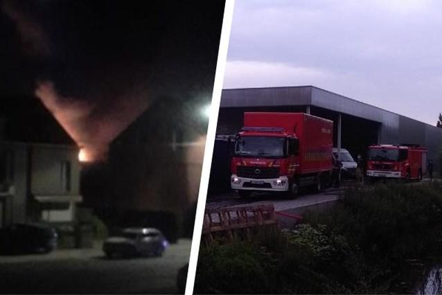 """Hevige brand in schrijnwerkerij in Wondelgem: """"Vuur pas na halfuur onder controle"""""""