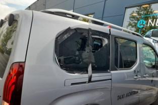 Agressieve en dronken klant vernielt taxi