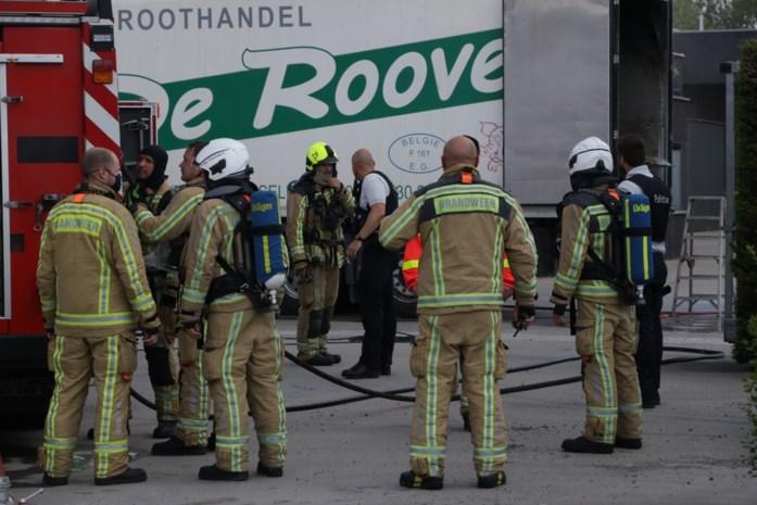 Arbeiders blussen zelf brandende auto