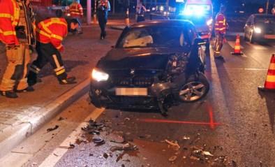 Bestuurder zwaargewond na knal tegen verkeerslicht