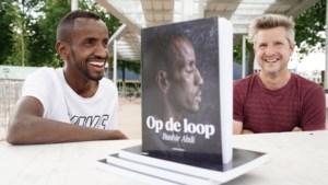 """Olympische hoop Bashir Abdi laat levensverhaal neerpennen door eerste leerkracht Nederlands: """"Hij stak zijn duim omhoog, maar ik wist niet eens wat dat betekende"""""""