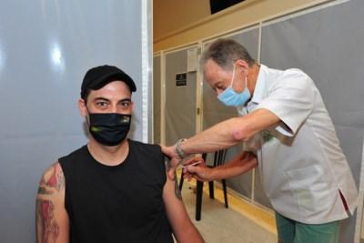 """Eeuwige vrijwilliger Willy (72) mag eigen zoon vaccin geven: """"Zo is hij nog eens dicht bij mij"""""""