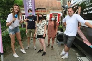 Pauzemobiel MNM Marathonradio parkeert voor jeugdhuis Kaddish
