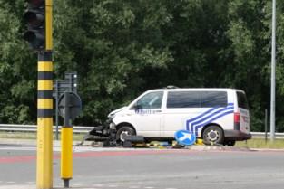 Politiecombi knalt tegen verkeersheuvel op weg naar interventie: wagen vernield, één agent gewond