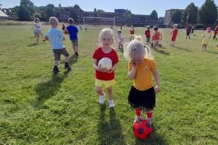 Kleuters komen in voetbaloutfit naar school