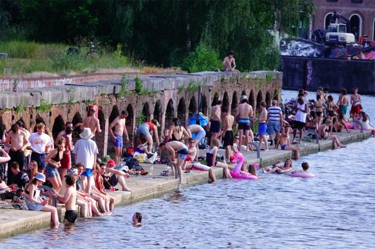 Verraderlijke onderstroom, gevaar op de bodem en een bacterie, maar toch massa volk op illegale zwemspot