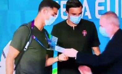 """""""Wacht, wie ben jij?"""": ook verbouwereerde Cristiano Ronaldo moet pasje laten zien als hij EK-stadion binnen wil"""