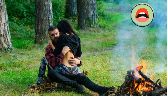 """BEDPRAAT. """"Zijn hand verdween onder mijn T-shirt. Onopvallend, want er konden mensen passeren op die plek in het bos"""""""