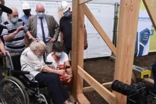 Bewoners helpen zelf eerste planken vast te schroeven van nieuw woonzorgcentrum