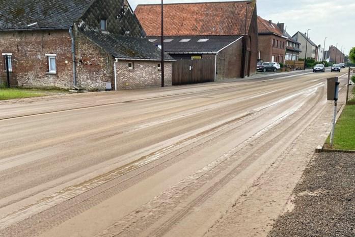 Verschillende straten afgesloten door modderstromen