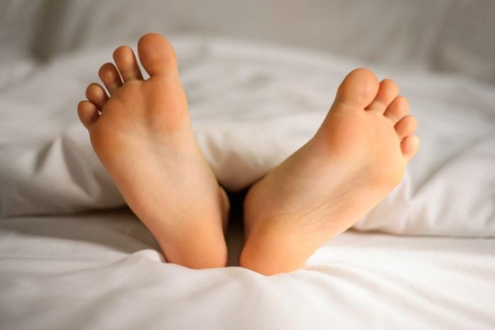 Waarom je beter tóch onder een dekentje ligt ondanks tropische temperaturen in de slaapkamer