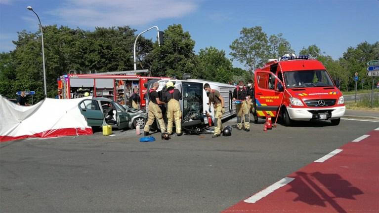 Bestuurster overleeft aanrijding met schoolbus niet, enkele kinderen gewond