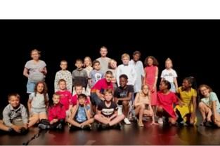 Leerlingen De Kleine Wereld spelen toneel op groot podium
