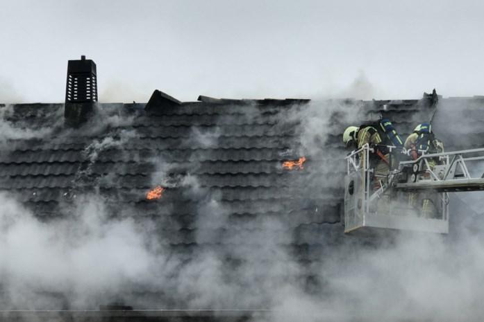 """Zware dakbrand vernielt woning in Diksmuide tijdens renovatie: """"We hopen dat schade meevalt en we snel verder kunnen"""""""