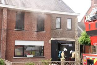 Hevige brand maakt huis onbewoonbaar: oorzaak mogelijk omdat kat inductievuur aanzet