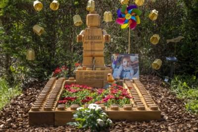 """Ouders bouwen Lego-graf voor hun zoontje Basiel, maar ook voor hele gezin: """"Zeker dat de andere kindjes nu makkelijker meegaan naar kerkhof"""""""