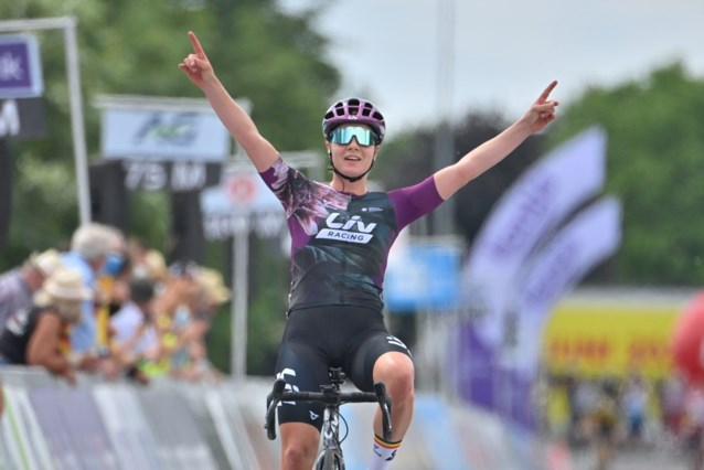 """Lotte Kopecky volgt zichzelf op als nationaal kampioene na solo van acht kilometer: """"Ik startte met superslechte benen"""""""