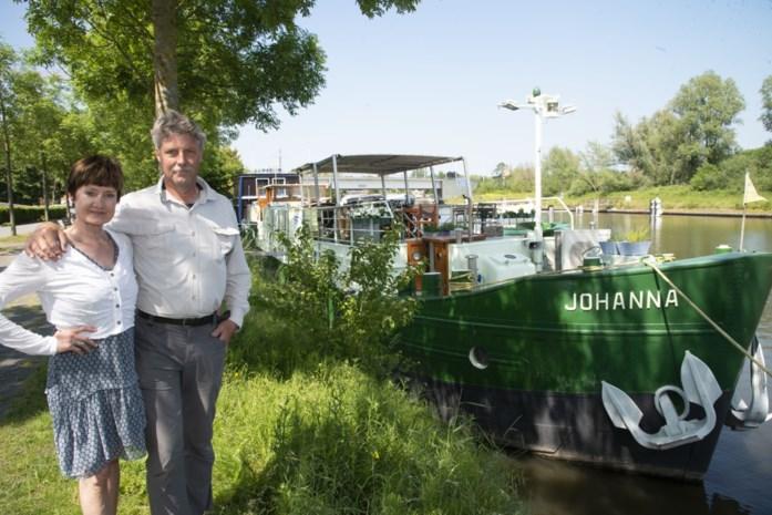 """Kris en Patsie verwelkomen deze zomer dagtoeristen op Barge Johanna: """"Sluis invaren en schip draaien, dat is behoorlijk spectaculair"""""""