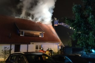 Vakantiewoning vat vuur door blikseminslag, huurders kunnen tijdig ontkomen