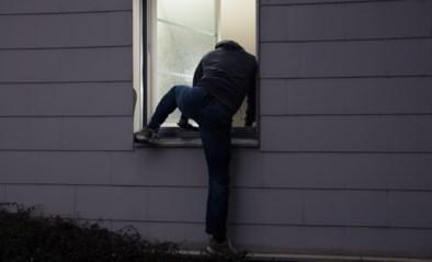 Inbrekers wandelen binnen door ongesloten deur