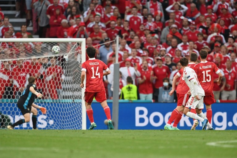 Denemarken veegt de vloer aan met Rusland en kwalificeert zich voor de tweede ronde