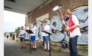250 Kuringenaren genieten van afscheidsconcert voor kanaalbrug
