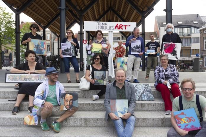 """Lokale kunstenaars stellen tentoon op 'schildersmarkt' onder luifel Grote Markt: """"Elke bezoeker komt met een verhaal thuis"""""""