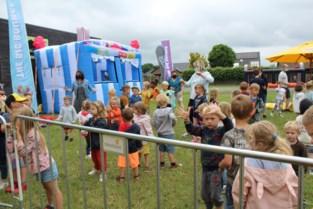 Schot in de roos: ouderraad De Klimmuur trakteert leerlingen op bouncefestival
