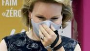 Wat is er aan de hand met de hand van koningin Mathilde?